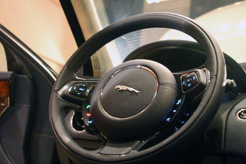 捷豹路虎测试方向盘加热和冷却指示行驶方向