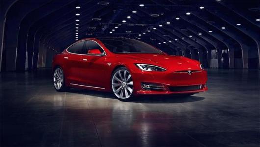 特斯拉模型3在隧道中以每小时127英里的速度行驶