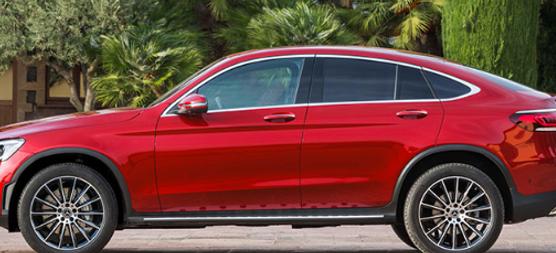 新款梅赛德斯-奔驰GLC轿跑车最近上路了,用品牌自己的话来说,这种新模型将重塑豪华轿跑车细分市场的愿景。那么,让我们看一下车辆的一些亮点吧?   设计 首先,新的双门轿跑车采用了新的设计语言。它具有侵略性和时尚性,并带来运动侵略性的火花。有一些新的A柱具有更明显的坡度,从而降低了车顶轮廓。此外,它还自豪地展示了新的钻石散热器格栅,该格栅有银色或黑色两种颜色可供选择。实际上,它是Night软件包的一部分,该软件包增加了镀铬装饰部件。标准配备的LED高性能大灯,优雅的线条,新型的扩散器和时尚的排气管装饰以及全LED的尾灯具有引人注目的功能。    GLC Coupe配备了最新一代的四缸汽油和柴油装置。该柴油机已经满足欧6d标准的要求,而汽油发动机与集成的48伏车载电气系统完美协调。     使该机器与众不同的是新的悬挂系统。作为具有自适应减震功能的标准运动型悬架的替代,新的GLC Coupe配备了动态车身控制,可通过一个按钮按需调节前后轴上的钢制弹簧的减震器。另外,根据道路情况,与发动机,变速箱和转向特性共同作用,每个车轮的阻尼都可单独控制。此外,还提供AIR BODY CONTROL空气悬架–带来增强的舒适性和运动感。