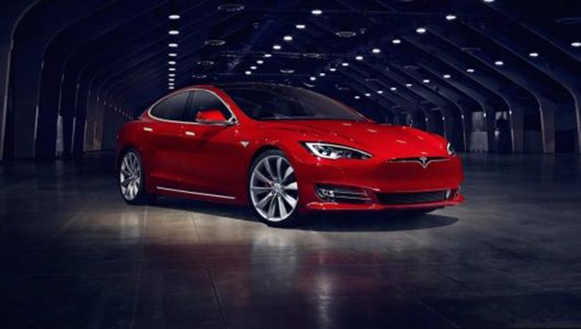 特斯拉Model S在自动驾驶仪上撞向停放的汽车