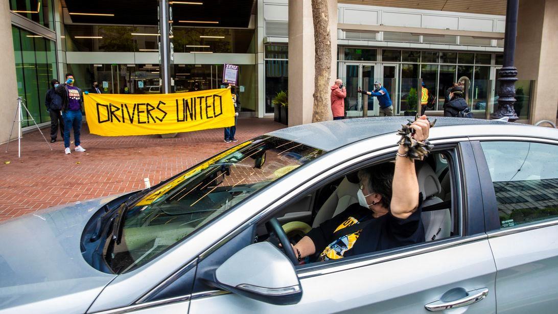 根据新的加利福尼亚法院命令,Uber,Lyft可能被迫使驾驶员成为雇员