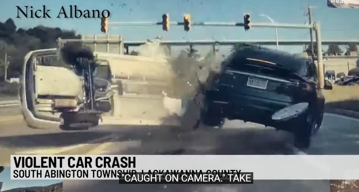 观看被超速驾驶汽车砸碎后停止的特斯拉ModelX进入空中