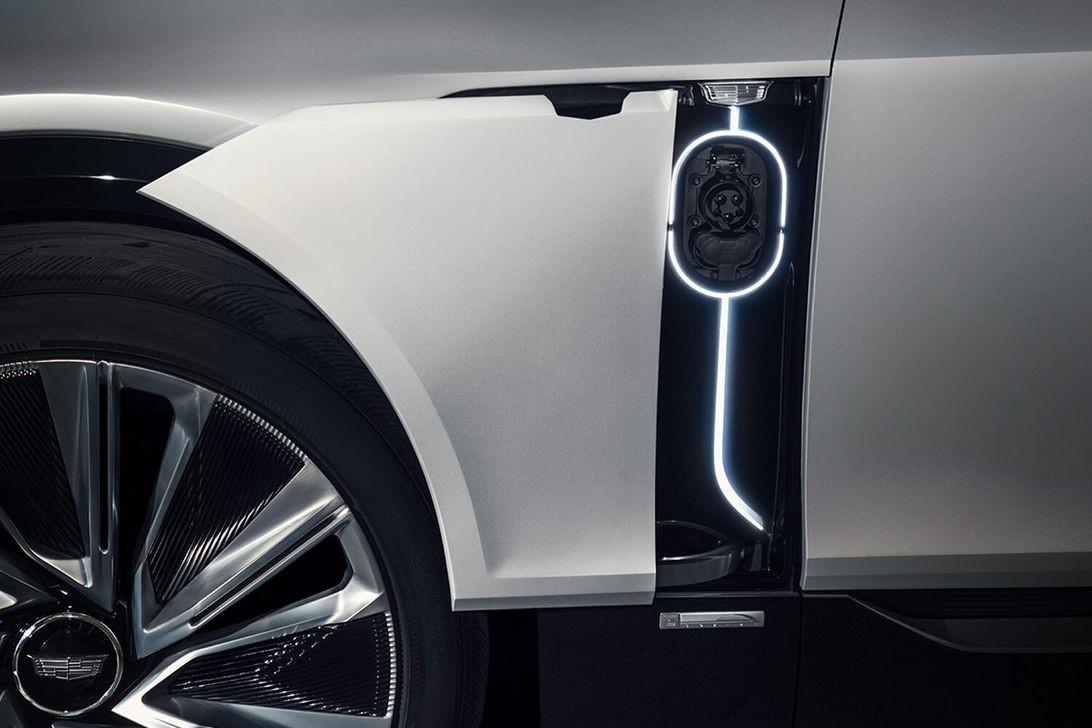 电动凯迪拉克Lyriq炫耀其充电端口,因为首次亮相越来越近