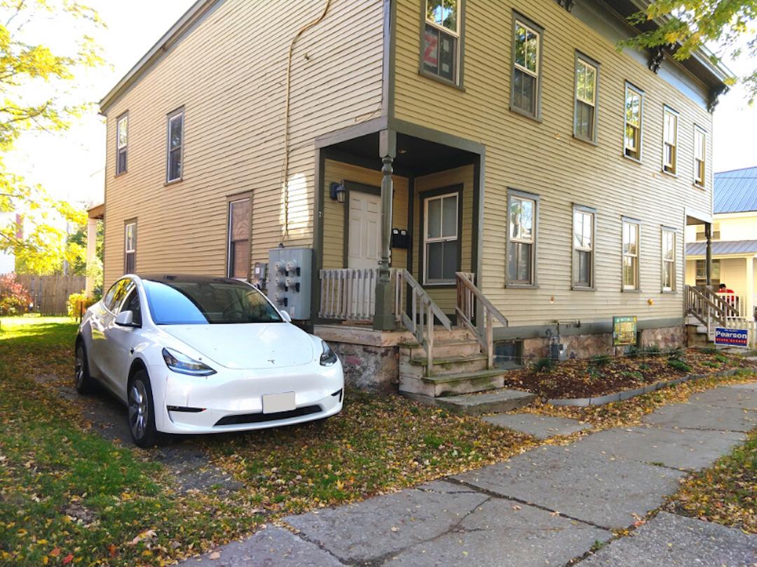 在许多家庭住宅中,电动汽车充电并不容易