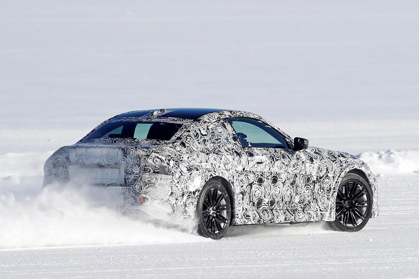 新款宝马M2赛车在雪地里横冲直撞