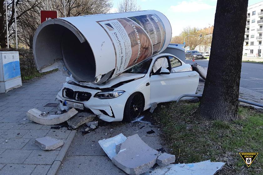 驾驶员将宝马M2撞入巨型混凝土柱