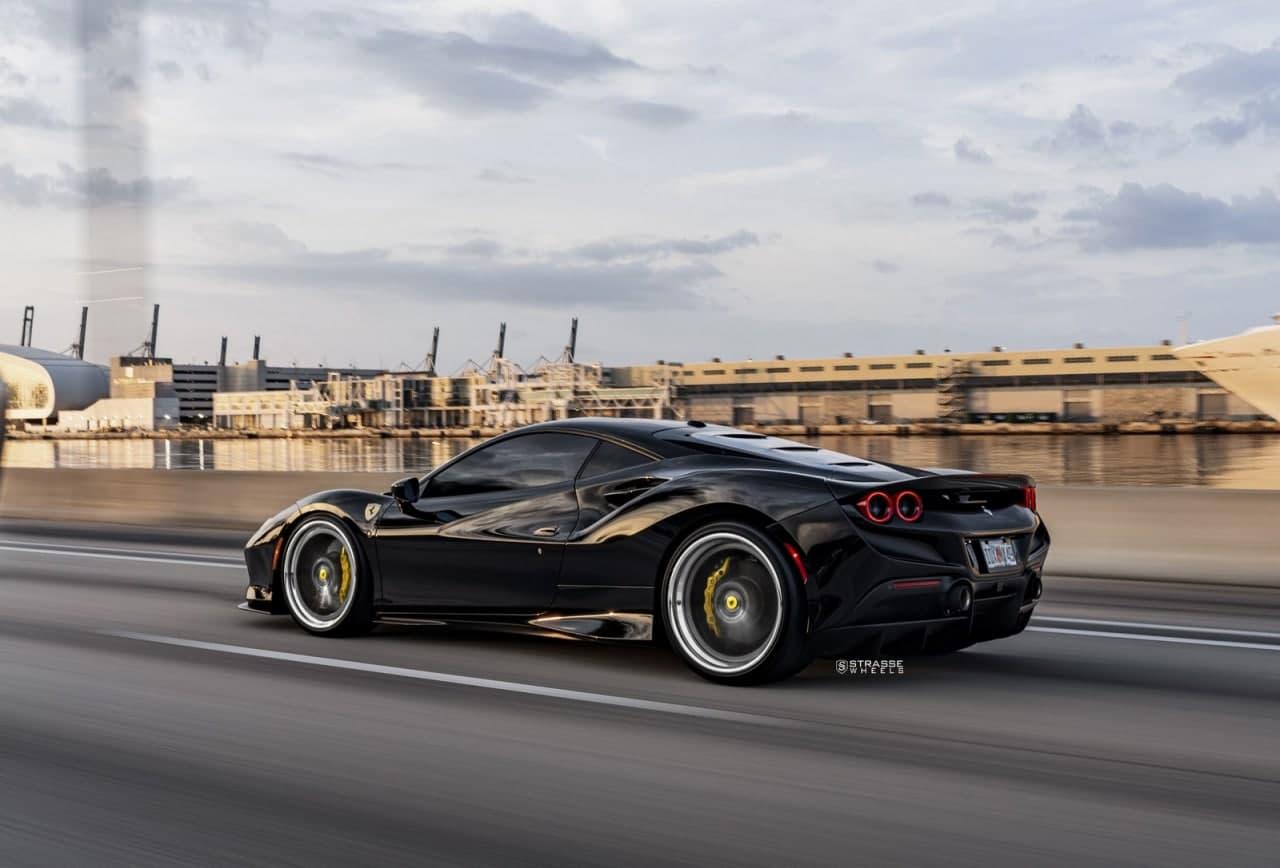 漆黑的法拉利 F8 Tributo 搭配深色多辐售后市场车轮看起来不错