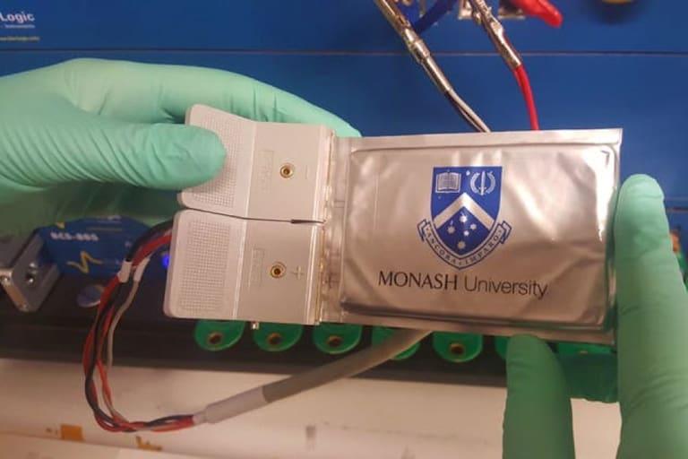 莫纳什大学实现电动汽车电池里程碑